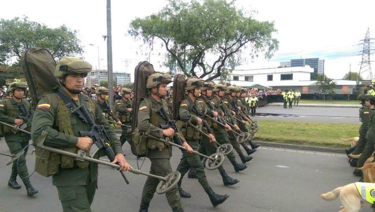 Grupo de anti-explosivos en el desfile #20DeJulio
