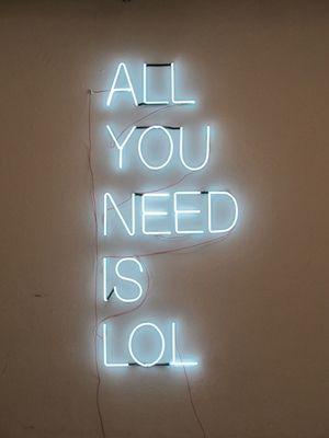 tudo o que você precisa é algo que a faça rir muito