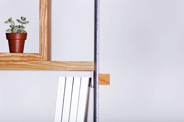 """""""Legno al cubo"""" realizzata da Semprelegno e ideata dalla designer Miranda Morico - dettagli: i dadi di fissaggio sono soperti da cappucci in legno di rovere. Design Bookcase Made in Italy. Milan Design Week."""