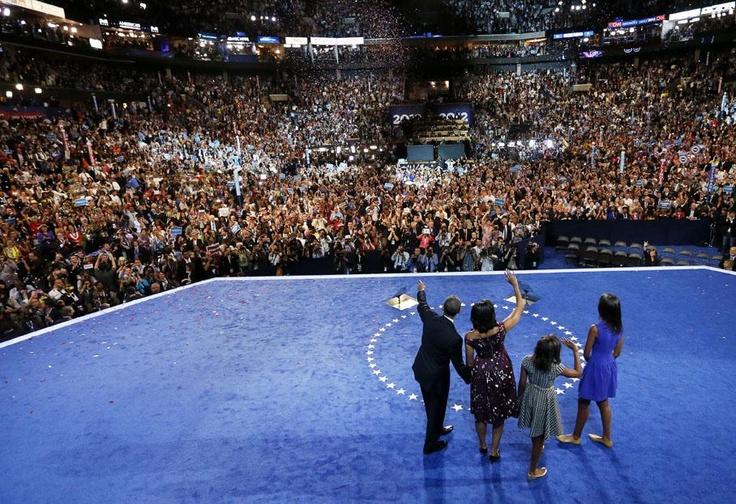 Le président américain Barack Obama (G) salue ses partisans, entouré de sa femme Michelle et de ses deux filles pendant la convention nationale démocrate à Charlotte (Caroline du Nord), le 6 septembre 2012 Un œil sur l'actu - francetv info