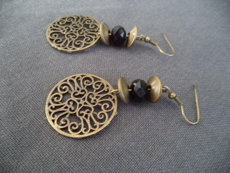 Boucles d'oreilles bronze avec perles plates bronze, perle noire et estampe bronze