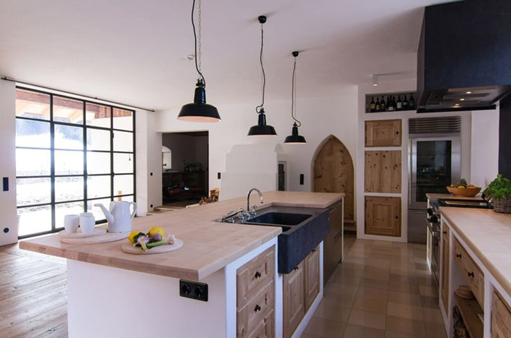 Holzküche im Landhausstil mit Fronten aus Holz und weißem Gemäuer