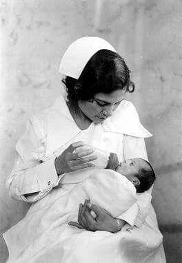 La vida en México,felicita con afecto a las #Enfermeras(os) Hoy en su día,Felicidades!!!- Enfermera atendiendo a un niño-1944