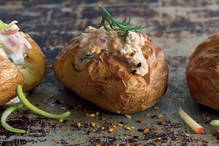 Tre goda röror till bakad potatis. En med kyckling, äpple och curry, en med tonfisk och en med skinka.