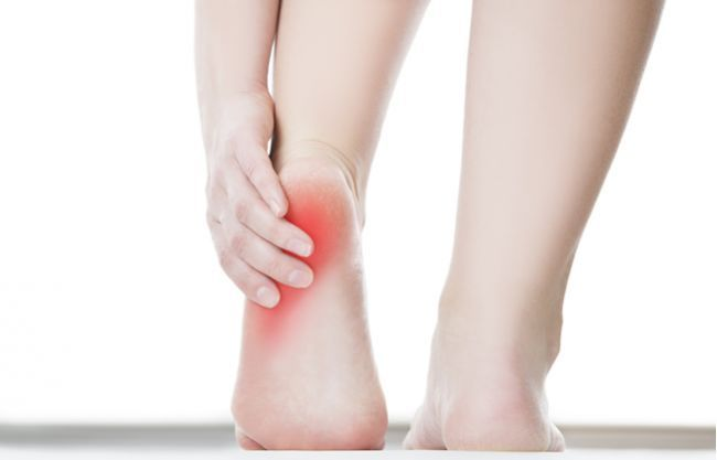 Bolesť v päte je pomerne častý a nepríjemný problém. Či už vás trápi chronická alebo akútna forma, prinášame vám deväť účinných návodov, ako sa jej zbavíte.