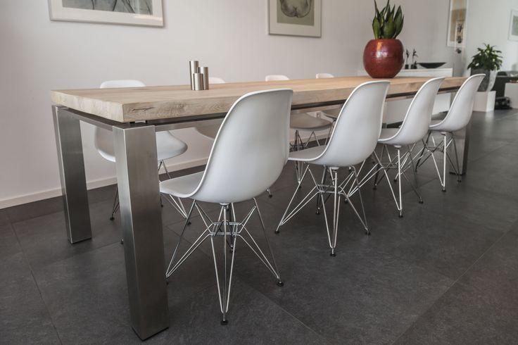 Unieke eiken tafel met een RVS Zwevend onderstel
