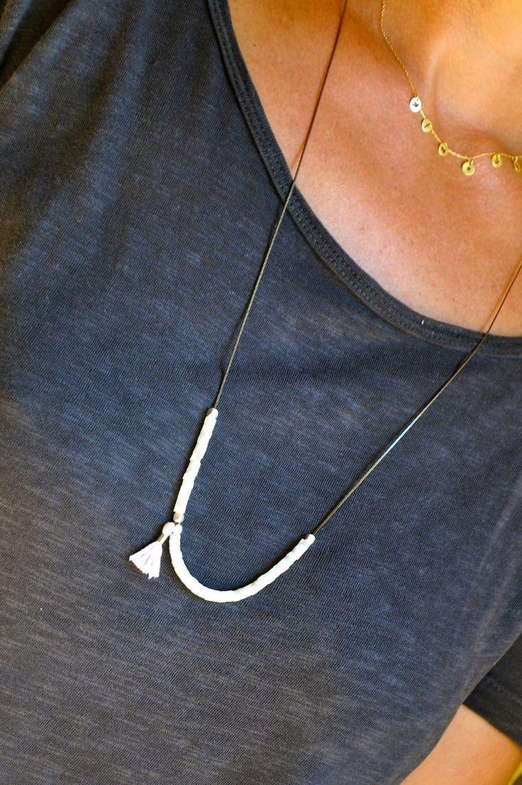 Sautoir de créateur fin et délicat nacres et perles argent sur chaine laiton bronze : Collier par kanakeis
