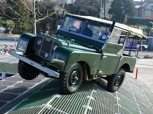 Land Rover es un fabricante de automóviles. Actualmente pertenece al grupo industrial y automovilístico indio Tata Motors. En 1947 los hermanos Wilks directivos de la fábrica inglesa de Rover tuvieron la idea de producir un vehículo todo terreno para el público civil. Para ello utilizando el robusto chasis de un Jeep Willys de la segunda guerra mundial adaptaron de Rover un motor de gasolina una caja de cambios y el eje trasero y con todo ello realizaron un prototipo. Al principio el puesto…