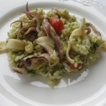 Oggi per pranzo prepariamo un delicato #risotto con #calamari e #zucchine. Per vedere questa ricetta andate su www.frescopesce.it/risotto-con-calamari-e-zucchine