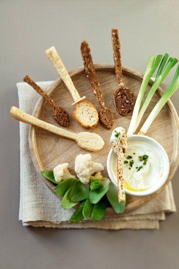 Cuillères découpées dans du pain pour les manger en apéritif avec de la sauce