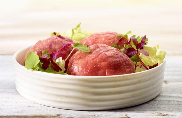 Carpaccio van kalfsvlees met aardappelblokjes