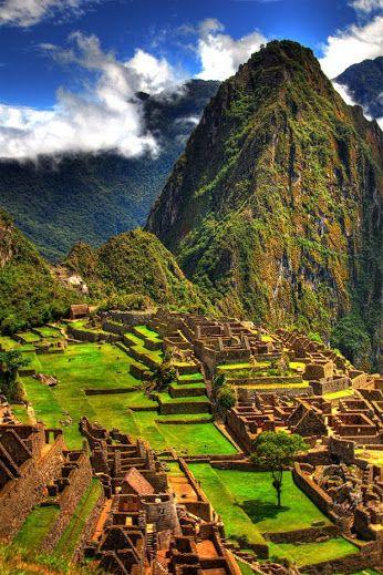 """Machu Picchu Também chamada """"cidade perdida dos Incas"""" É uma cidade  localizada no topo de uma montanha, a 2400 metros de altitude, no vale do Rio Urubamba no Peru. Foi construída no século XVi. O local é provavelmente o símbolo mais típico do Império Inca."""