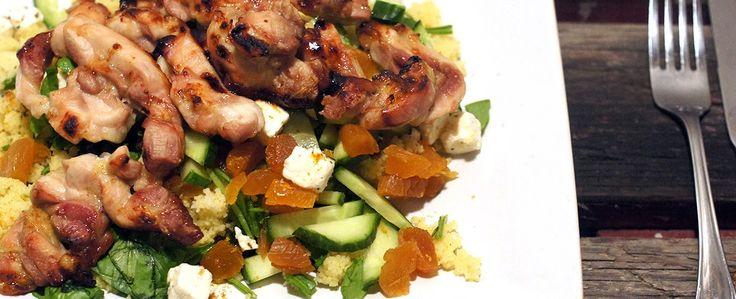 Gewoon wat een studentje 's avonds eet: Dinner: Kippendijen met honing uit de oven met couscous, spinazie, gedroogde abrikozen, komkommer en feta