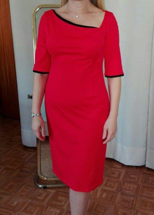 Vestido vermelho com apontamentos pretos. By Alda Faria.