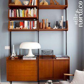 La casa in stile nordico | Azzurro polvere per il soggiorno con libreria anni 60