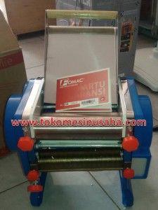 Mesin Cetak Mie Otomatis adalah mesin cetak mie yang didesign untuk skala menengah keatas, karena produksi mie yang makin hari mkain meningkat maka dibutuhkan mesin yang mampu memproduksi lebih banyak adonan mie menjadi mie yang siap jual. Type : NOD 200 Kapasitas ; 20-30 kg / jam Listrik : 550 watt, 220 V Berat : 35 kg Dimensi : 385 x 360  x 395 mm Lebar rol : 20 cm Ukuran cetakan : bisa diatur 3 mm dan 8 mm