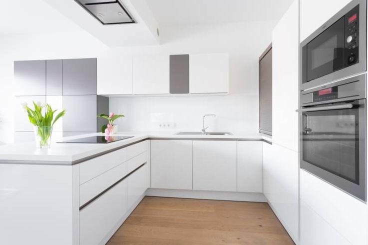 _Zweifarbig: Privatwohnung Wolfsberg - Küche: Minimalistisch Küche von Raumausstattung Anton Meyer