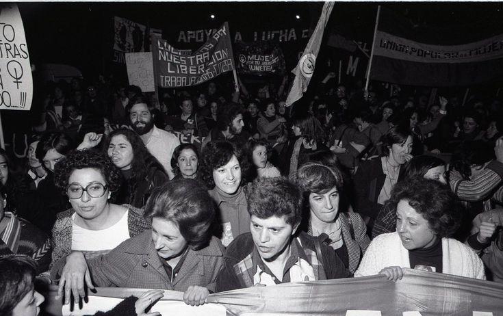"""Manifestación del Día de la Mujer Trabajadora de 1978 bajo el lema """"Por un puesto de trabajo sin discriminación"""". Unas 6000 personas recorrieron el paseo Pintor Rosales de Madrid en apoyo por los derechos de la mujer. La manifestación fue disuelta por la Policía Armada con botes de humo y balas de goma cuando diversos grupos intentaron proseguir la manifestación hacia plaza de España. rnFue la primera vez que la asamblea estatal de organizaciones feministas convocaba acciones de forma…"""