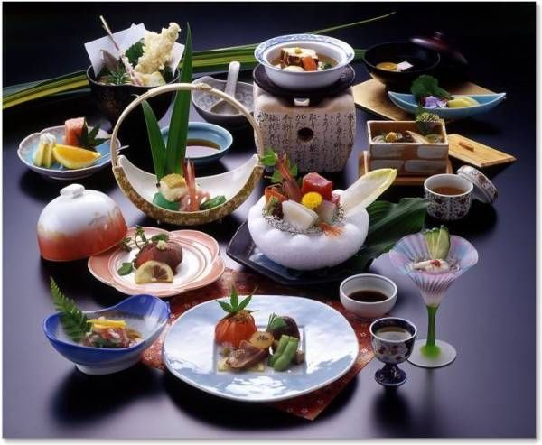 日本料理の美しい盛り付け。その盛り付け方は世界に影響を与えた日本料理独特のものです。現在では世界の料理人が知らず知らずのうちに、その盛り付け方に影響を受けています。懐石のオードブルの八寸。 その日本料理の盛り付けの美しさに一役買っているものに「飾り切り」や「あしらい(ashirai)」があります。 日本の「あしらいashirai」に使う代表的な季節の植物です。  順番に【大葉(ooba)、実穂じそ(mihojiso)、花穂じそ(hanahojiso)、木の芽(kinome)、菊花(kiku)、ふきのと(hukinotou)、防風(bouhuu)、浜防風(hamabouhuu)、紅蓼(benitade)、芹(seri)、貝割れ大根 (kaiwaredaikon)、つくしtsukusi)】 これらは一例です。最...