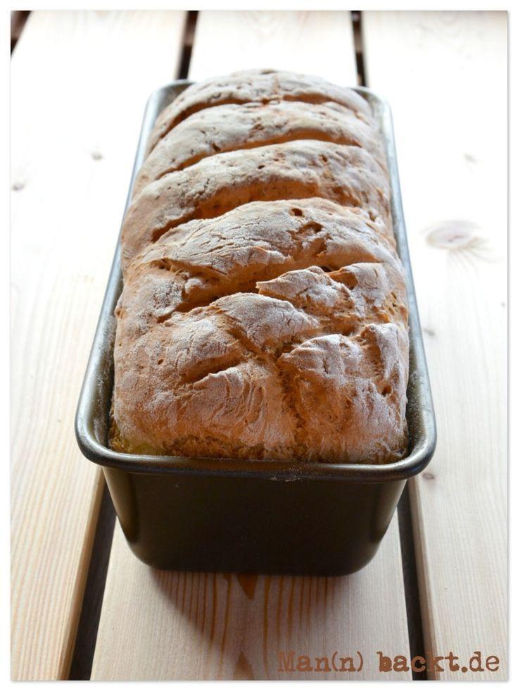 Leckeres 10 Minuten Brot › Mann backt…