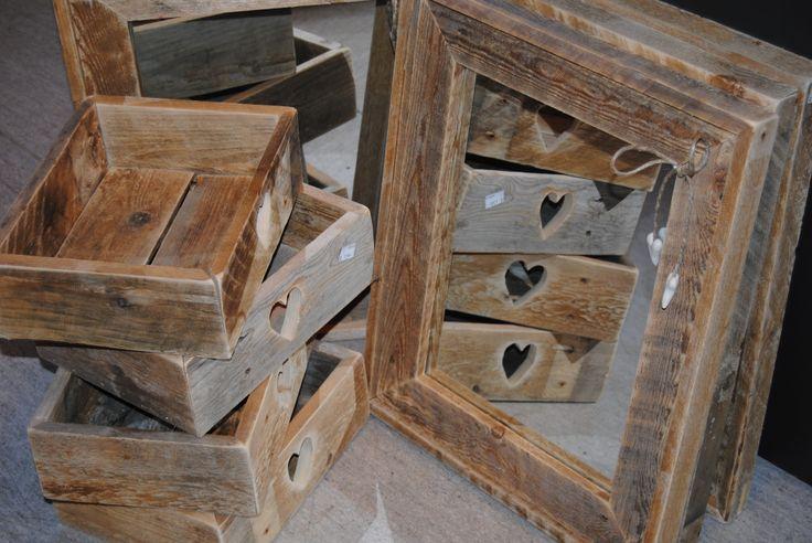 Kasser og speil laget av gamle paller. Med hjerter på! :) #pallet