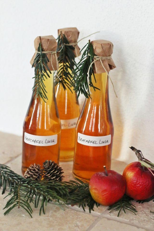 Ich habe dieses Jahr wieder einige Weihnachtsleckereien selbst hergestellt. Unter anderem diesen leckeren Bratapfel Likör! Der kommt mit einigen anderen Sachen ins Weihnachtstütchen und wird verschenk