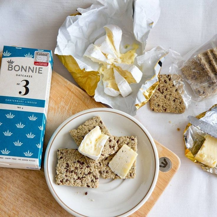 Bonnie Goods linseed #oatcakes & double cream brie....just add wine & our Friday now feels complete! Ph: @ultimateomnoms