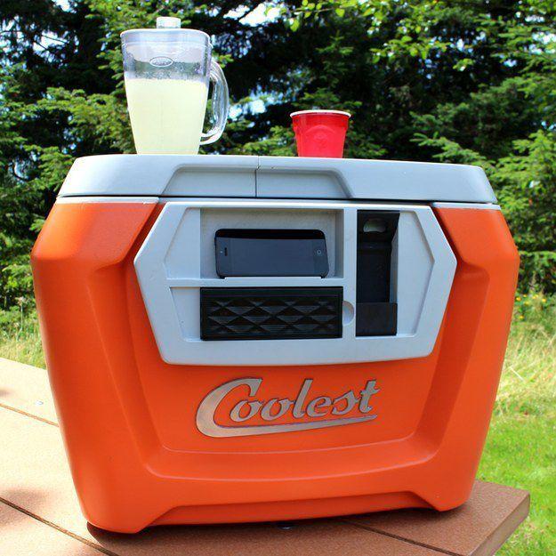 .Переносной холодильник, который делает практически всё В нём есть беспроводные колонки, фонарики, зарядное устройство, открывалка для бутылок, несколько отсеков хранения и перезаряжаемый блендер.