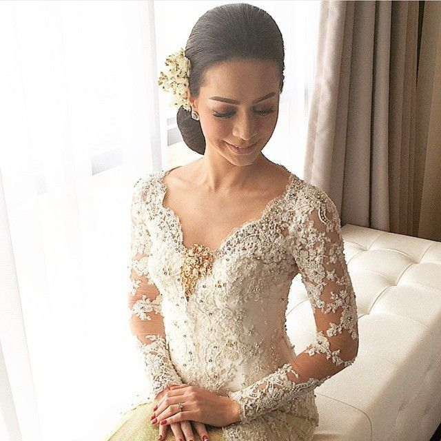 We are truly in love with this picture; a beautiful bride in white colored akad kebaya. The intricate details are to die for and the chosen color is just everybody's favorite; classic and timeless. Who is as in love as we are?  Kebaya and Photo via @merrasofficial