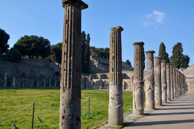 A cidade de Pompéia (ou Pompeii) fica a 22km de Nápoles, Itália, virou um museu arqueológico a céu aberto, devido a explosão do vulcão Vesúvio, que cobriu a cidade com uma nuvem de poeira. #TurMundial #Italia #Pompéia #Pompeii #Vesúvio #Vulcão  http://www.turmundial.com/2017/06/pompeia-cidade-devastada-pela-vulcao.html
