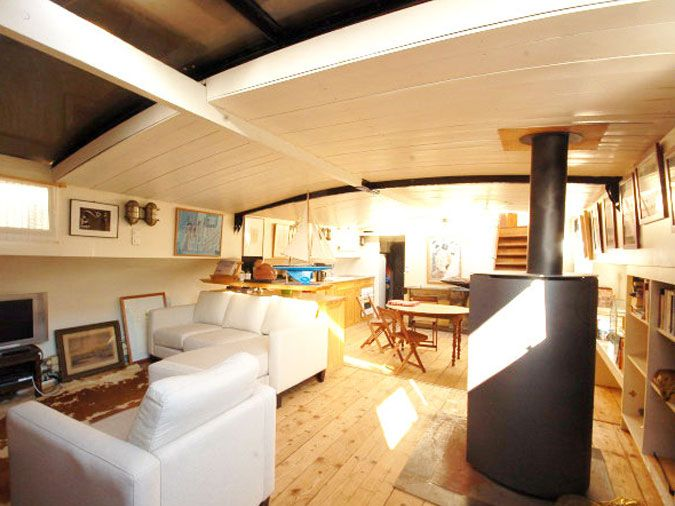 Rounded roof and fireplace. Houseboat in Paris.
