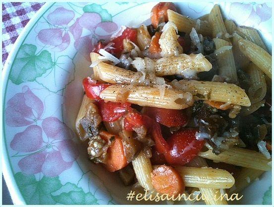 Pasta con melanzane, pomodorini e carote ricetta perfetta per svuotare il frigo e preparare un buonissimo primo piatto a base di verdure.