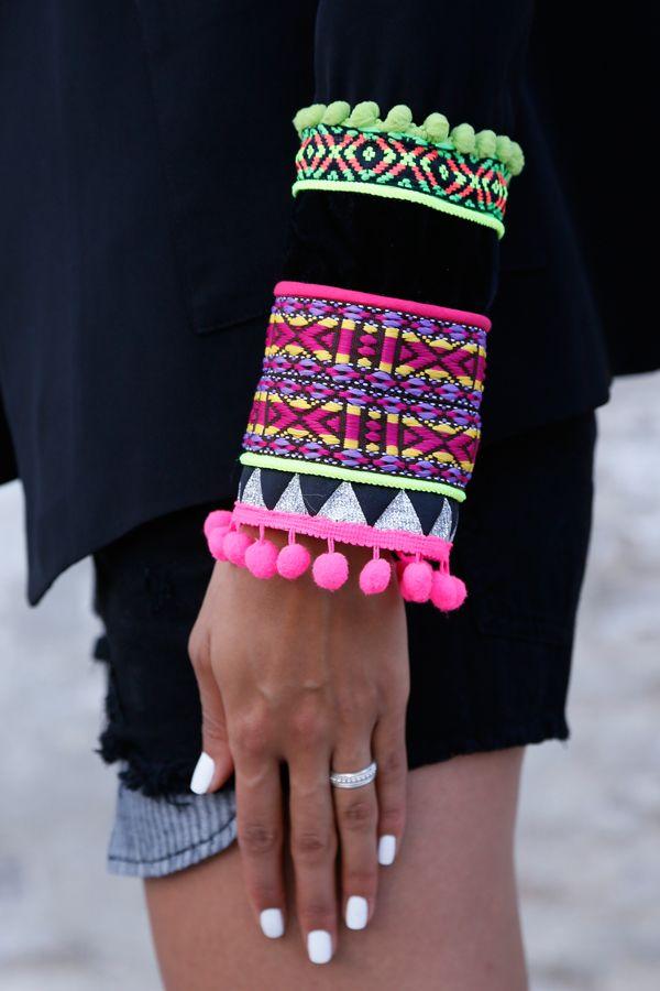 Esta chaqueta adornada coloridas cintas es un básico para la noche y el día. Un toque exótico en un clásico de solapa en pico de aire masculino. Puños adornados con fornituras Solapa de pico cruzada Hombreras básicas Bolsillos de plastrón Forrada completamente 100% Poliéster Lavar en seco Diseñado en Barcelona