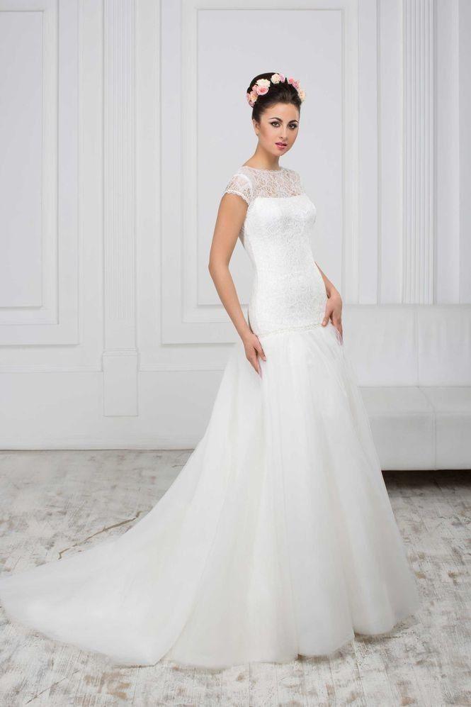 Krásne svadobné šaty s čipkovaným vrškom a sukňou s vlečkou