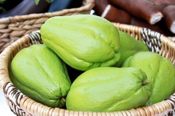 Apesar de ser conhecido por ser sem graça, o chuchu possui muitos benefícios. Aprenda a preparar o chá de chuchu que ajuda a combater a hipertensão.