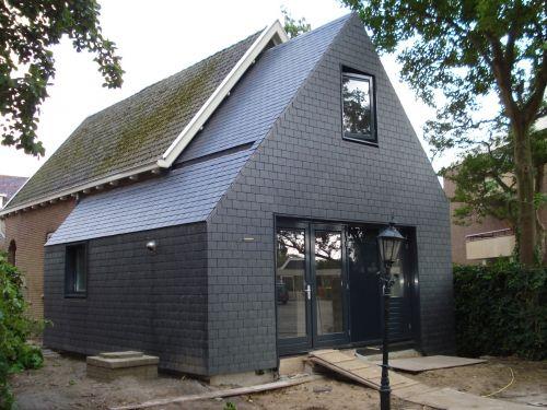 Gevelbekleding + dak in leien met donkergrijze aluminium kozijnen!