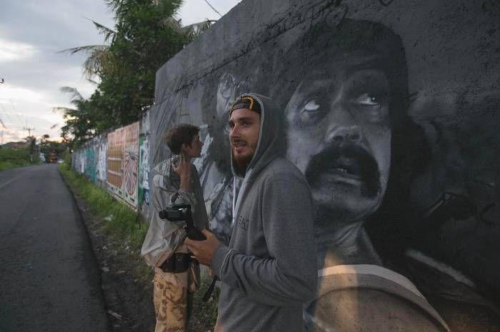 чем не понравились властям Батя Томми Чонг и дядюшка Чич Марин и подробности дела  Граффити-художников HoodGraff задержали на Бали. Стрит-артистов поймали, когда они рисовали граффити-портреты. Иммиграционная служба предъявила им обвинения в незаконной предпринима
