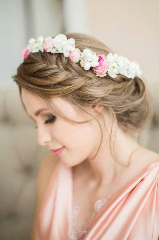 Maquillaje y peinado con trenza y corona de flores para novias.