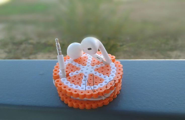 Hand made. Naranja porta auriculares.  Hama beads. Noelia G. P.