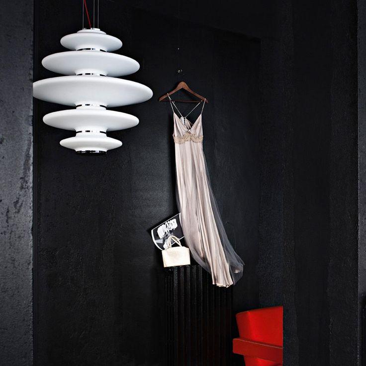 Το Vase του οίκου Nemo είναι σχεδιασμένο από τους Markus Jehs και Jürgen Laub. Το χαρακτηρίζουν οι έντονες καμπύλες της οπαλίνας, οι λεπτομέρειες από το γυαλισμένο αλουμίνιο και το διάχυτο φως που χαρίζει στο χώρο. Το Vase είναι ένα από τα επιλεγμένα εκθεσιακά μας προϊόντα που μπορείτε να βρείτε στη RICHE με προνομιακή έκπτωση -40% στις φετινές χειμερινές μας εκπτώσεις έως το τέλος Φεβρουαρίου.