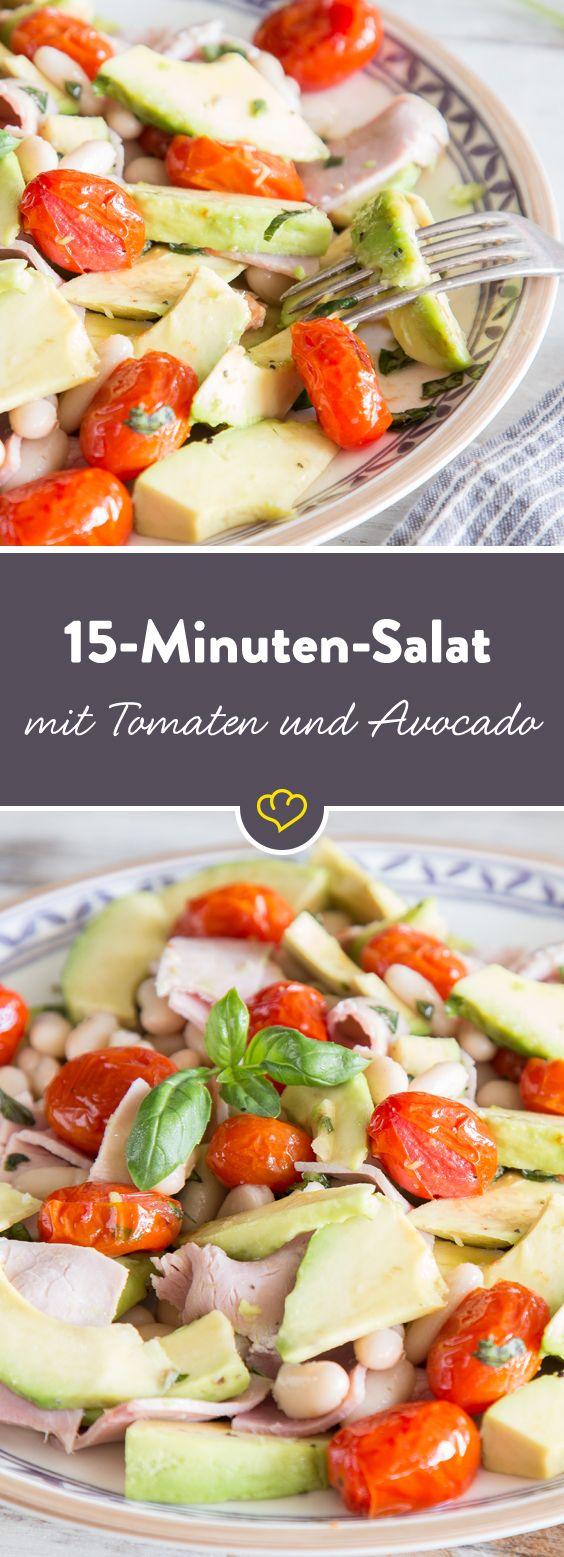 Deine Tomaten schmecken noch besser, wenn du sie vor dem Servieren karamellisierst. Mit Avocado und weißen Bohnen ein Easy-peasy-15-Minuten-Salat.