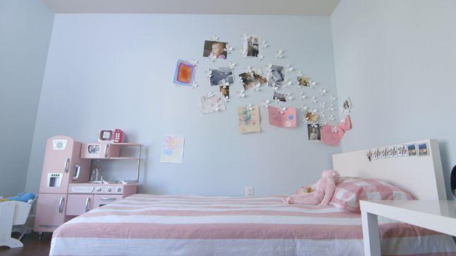 AVANT : Comme Raphaëlle aime afficher ses dessins et photos, il y aura, de chaque coté du lit, des babillards créés avec du tissu coloré.