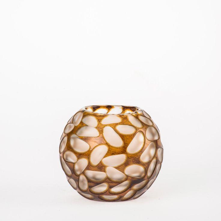 Koleksiyon Adı:  Mulie  Ürün Tipi:  Mumluk  Ürün Kodu: 051041.12  Ürün Rengi: Bal   Ölçü: h/9 cm çap/10 cm  Özellikleri: Serbest üfleme cam üzerine kesme tekniği üretilmiştir.