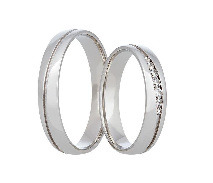 Jemné snubní prsteny z bílého zlata vynikají svou jednoduchou elegancí.