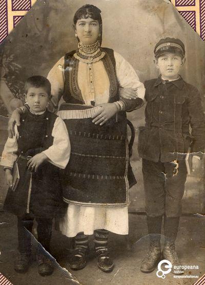 Οικογένεια από τον Ακρίτα Φλώρινας. Χρόνος: Early 20th c. Ημερομηνία δημιουργίας: 1900/1999 Συλλέκτης: Peloponnesian Folklore Foundation Ίδρυμα: Europeana Fashion www.europeanafashion.gr