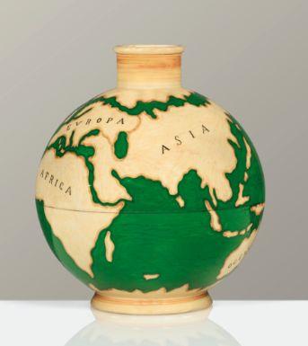 Gio Ponti 1891 - 1979 VASE LE MIE TERRE, APRÈS 1929 'LE MIE TERRE', A GLAZED EARTHENWARE VASE BY GIO PONTI FOR RICHARD GINORI, CIRCA 1929. SIGNED, NUMBERED AND WITH FACTORY MARK Estimate: 12,000 - 15,000 EUR en faïence verte, figurant un globe terrestre dans des tons brun et beige, de forme boule, à col cylindrique, reposant sur une base circulaire Signé Ginori et numéroté 1185-376E surmonté d'une couronne, et Gio Ponti Hauteur : 25,7 cm (10 1/8 in.) Diamètre : 23 cm (9 in.)