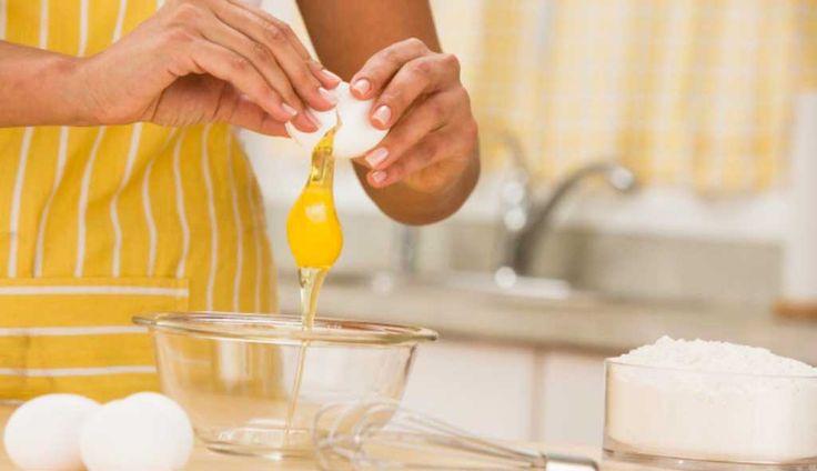 Se aconseja evitar cascar el huevo en el borde del plato que se va a utilizar para batirlo, puesto que la salmonella puede estar presente en la cáscara.