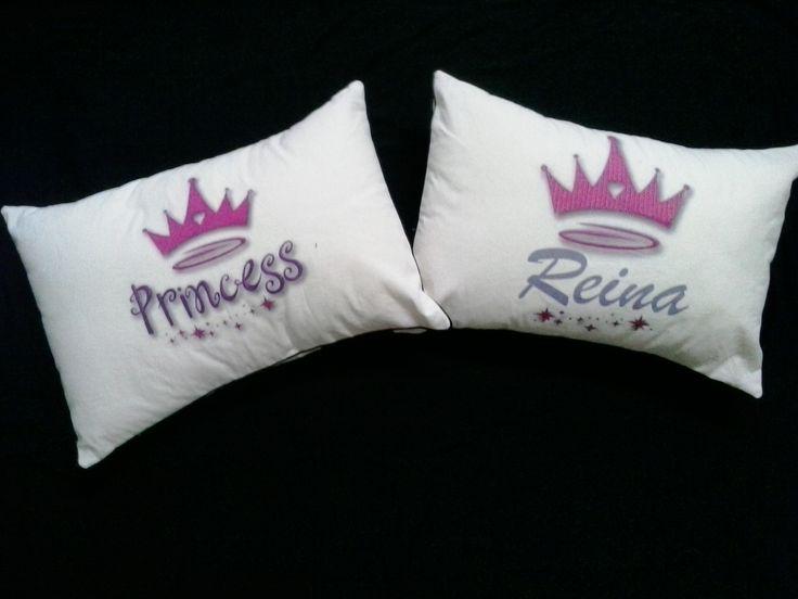 manque diseños Princess y Reina almohadón de lienzo estampado con relleno de vellón siliconado Medidas: 50x35 cms twitter : @manquedisenos facebook : manque diseños