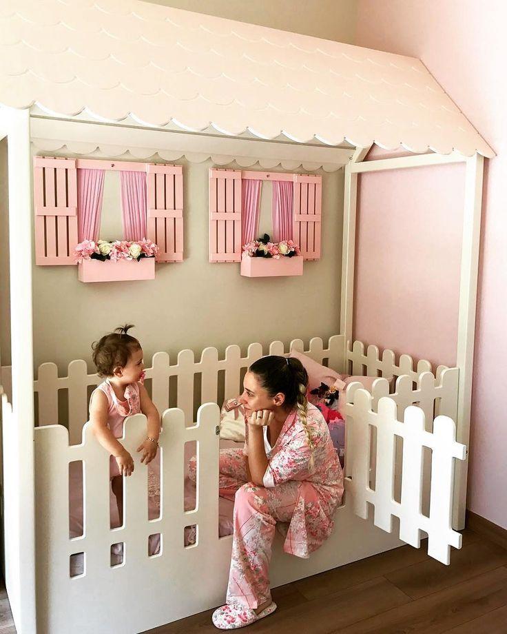 Was für ein bezauberndes Kinderbett mit Fensterkästen und Blumen zu @mervefeyyaz