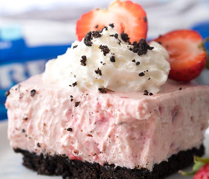 Oyé, Oyé, les amateurs de gâteau au fromage, de fraises et de biscuits Oréo? Essayer ce dessert c'est absolument parfait pour recevoir en été